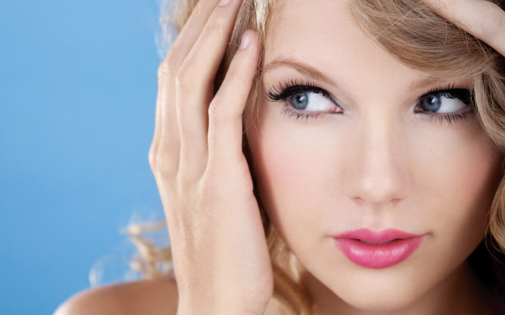 Taylor Swift, face, hand