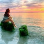 Beach to see the beautiful scenery of the girl mood wallpaper