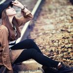 Girl, backpack, hat, fashion, rail scenery pictures, people pictures, wallpaper