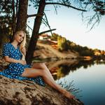 Lakeside scenery, beauty, blue polka dot skirt, beautiful legs, scenery beauty computer wallpaper