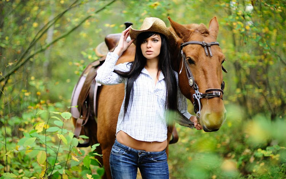 Brunette in a hat with a horse