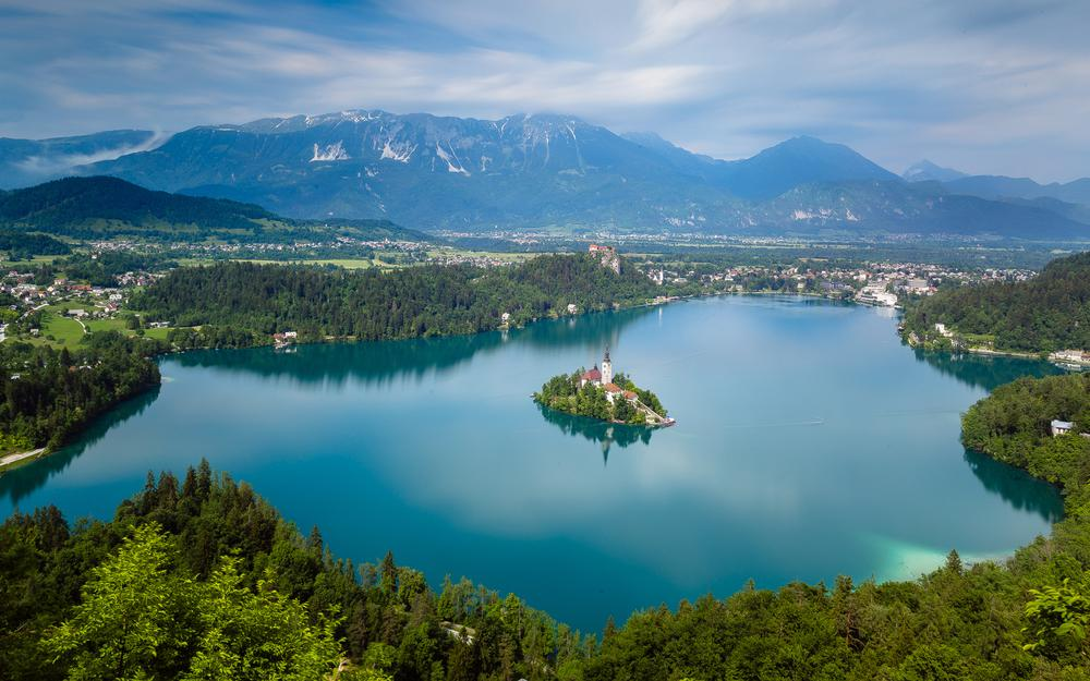 Lake bled, slovenia, church in the middle of the lake, beautiful landscape desktop wallpaper
