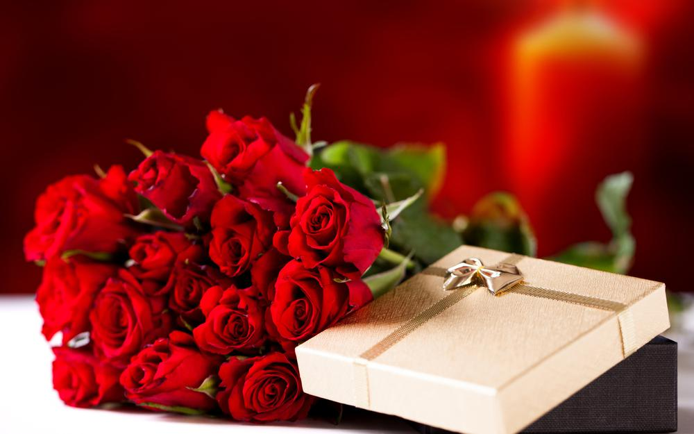 Red roses with a gift desktop wallpaper